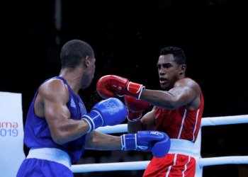 Cuban Arlen López (r) started off at a good pace at the Ekaterinburg World Boxing Championship. Photo: Christian Ugarte / EFE.