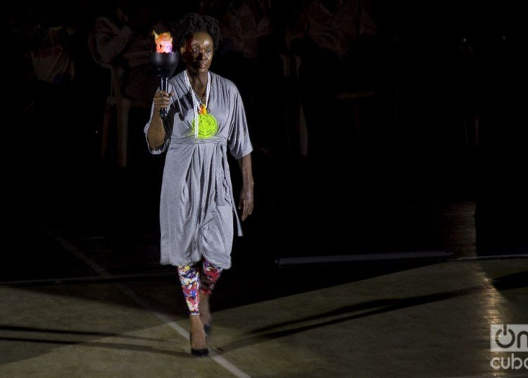 Ana Fidelia Quirot carries the symbolic Olympic torch to inaugurate the Clandestina parade. Photo: Otmaro Rodríguez