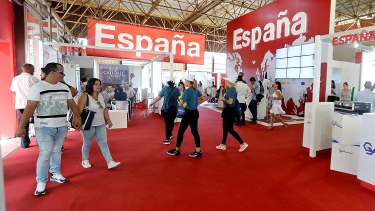 Several persons walk inside Spain's pavilion on the first day of the Havana International Trade Fair (FIHAV 2019), inaugurated on Monday, November 4, 2019. Photo: Ernesto Mastrascusa / EFE.