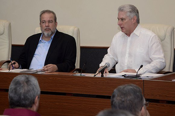 Cuban Prime Minister Manuel Marrero (l) with President Miguel Díaz-Canel, at the first meeting of the island's new Council of Ministers. Photo: @DiazCanelB / Twitter.