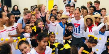 Teacher Carlos Lazo and his students from Seattle share with Cuban children from La Colmenita. Photo: Courtesy of the Author.