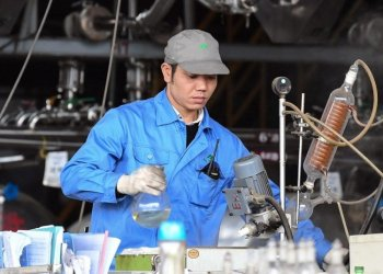 A worker produces artemisinin, a medicine to treat malaria, at a plant in Rongan County, Guangxi Zhuang Autonomous Region, China. Photo: Xinhua