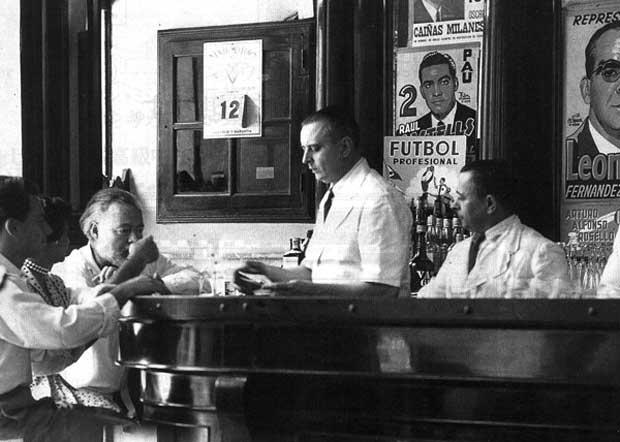 Hemingway en el bar. Foto: Archivos El Floridita.