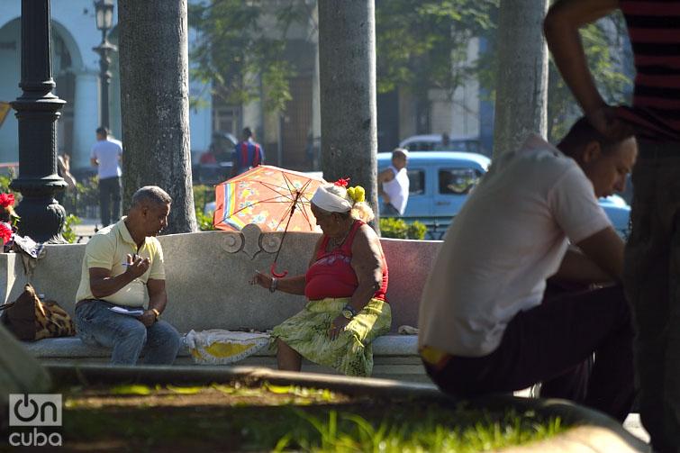 Algunas personas acuden a las cartománticas para predecir el futuro. Foto: Otmaro Rodríguez.