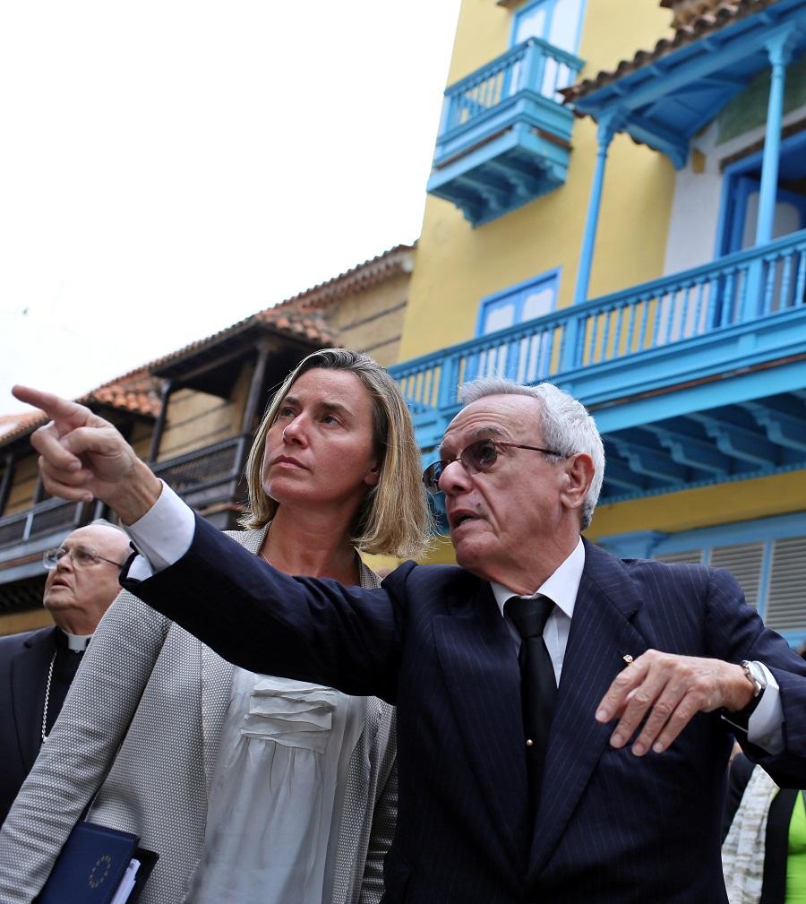 Federica Mogherini realiza un recorrido por el centro histórico de La Habana acompañada por el historiador de la ciudad, Eusebio Leal. Foto: Alejandro Ernesto / EFE.