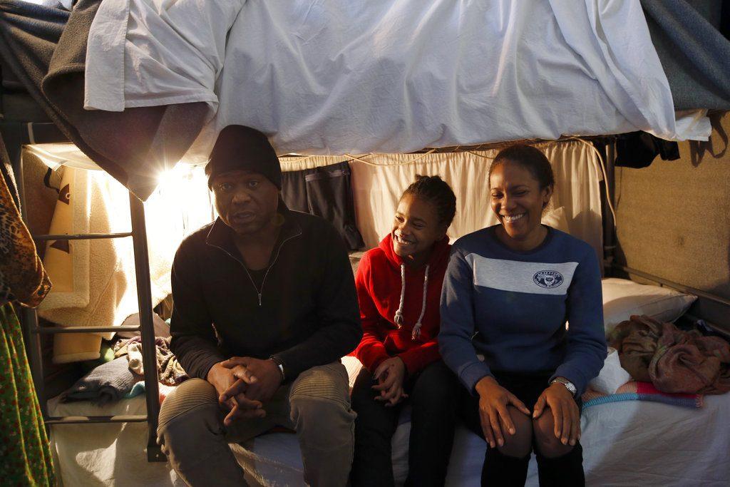 Michael Amor, su esposa Ingrid y su hija Samira en su cuarto del centro de refugiados en Sot, Serbia. Foto: Darko Vojinovic / AP.
