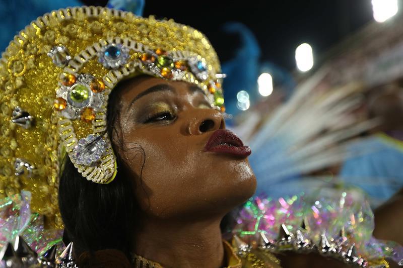 Integrantes de la escuela de samba del Grupo Especial Portela desfilan hoy, lunes 12 de febrero de 2018, en la celebración del carnaval en el sambódromo de Marques de Sapucaí en Río de Janeiro (Brasil). EFE/Marcelo Sayão