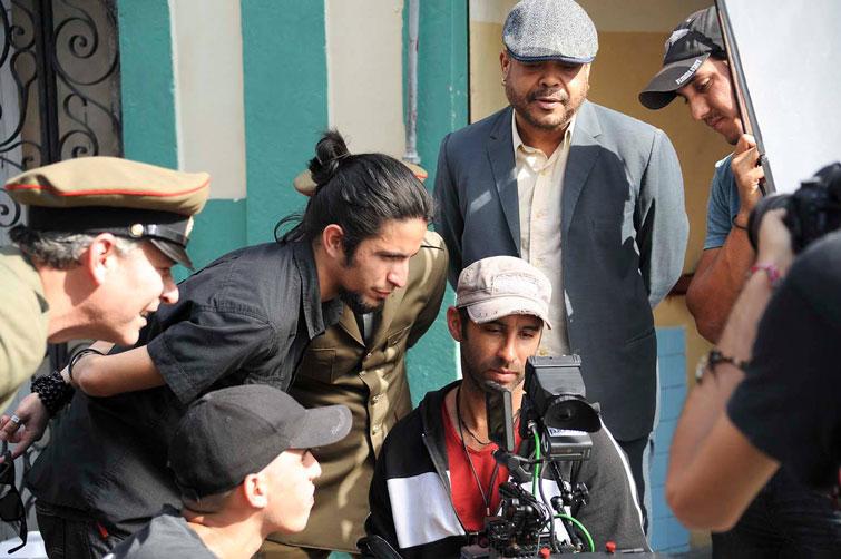 """Joseph Ros (centro) en la filmación del clip """"Todavía"""" de Pancho Céspedes, video del año en Cuba en 2017. Detrás, de pie, el reconocido cantante cubano. Foto: Iván Soca / Facebook."""