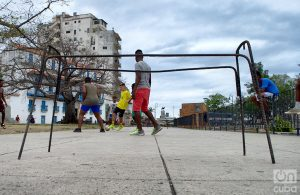 La armadura de una mesa de escuela sirve como portería en un partido de fútbol callejero. Foto: Otmaro Rodríguez.