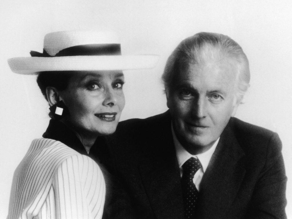 Audrey Hepburn, su musa, y el modisto, en 1993.