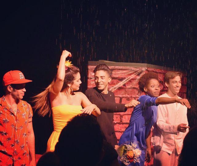 Jazz Vilá logró que, por primera vez en la historia teatral cubana, la lluvia sea con agua y no con sonido. Foto: Cortesía de Jazz Vilá.