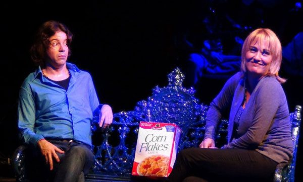 Mariela Bejerano junto a Michel Labarta en la obra de teatro La historia de Juan Lennon. Foto: Mariela Bejerano / Facebook.