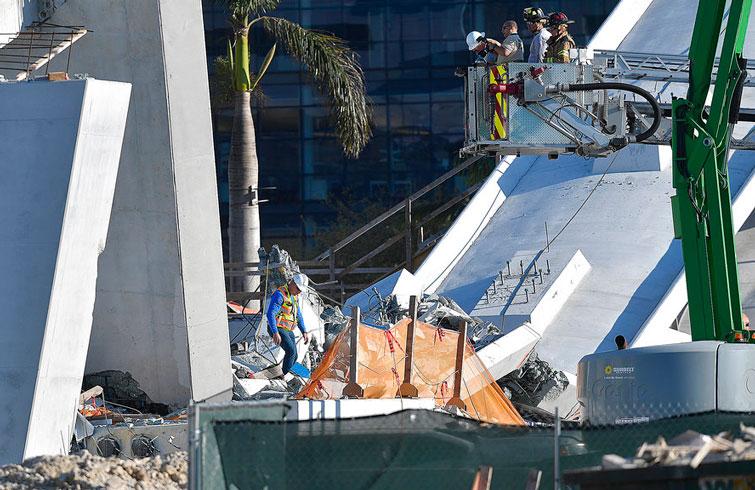 Equipos de rescate de Miam-Dade trabajan entre los escombros del puente de 950 toneladas que colapsó frente a la Universidad Internacional de Florida este 15 de marzo de 2018, en Miami. Foto: Michael Laughlin / South Florida Sun-Sentinel vía AP.