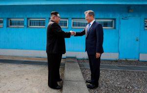 Kim Jong Un (izquierda), da la mano al presidente de Corea del Sur, Moon Jae-in, en la localidad fronteriza de Panmunjom. Foto: Cumbre de Corea Press Pool via AP.