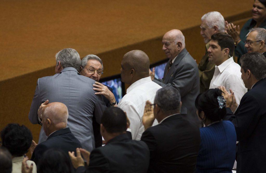 """HAB07. LA HABANA (CUBA), 18/04/18.- Fotografía cedida por Cubadebate que muestra al presidente de Cuba, Raúl Castro (2-i), abraza al primer vicepresidente de Cuba, Miguel Díaz-Canel (i), durante la sesión constitutiva de la IX legislatura de la Asamblea Nacional del Poder Popular (parlamento) hoy, miércoles 18 de abril de 2018, en La Habana (Cuba). Cuba inició hoy la histórica sesión parlamentaria donde se concretará, a lo largo de dos jornadas, la salida de Raúl Castro de la Presidencia del país y en la que se designará a su sucesor, con el primer vicepresidente Miguel Díaz-Canel como principal favorito. A la sesión asiste Raúl Castro, que fue recibido con """"una cerrada ovación"""", y que llegó al acto acompañado de Díaz-Canel, ambos con traje y corbata. EFE/Cortesía Cubadebate/SOLO USO EDITORIAL/NO VENTAS"""