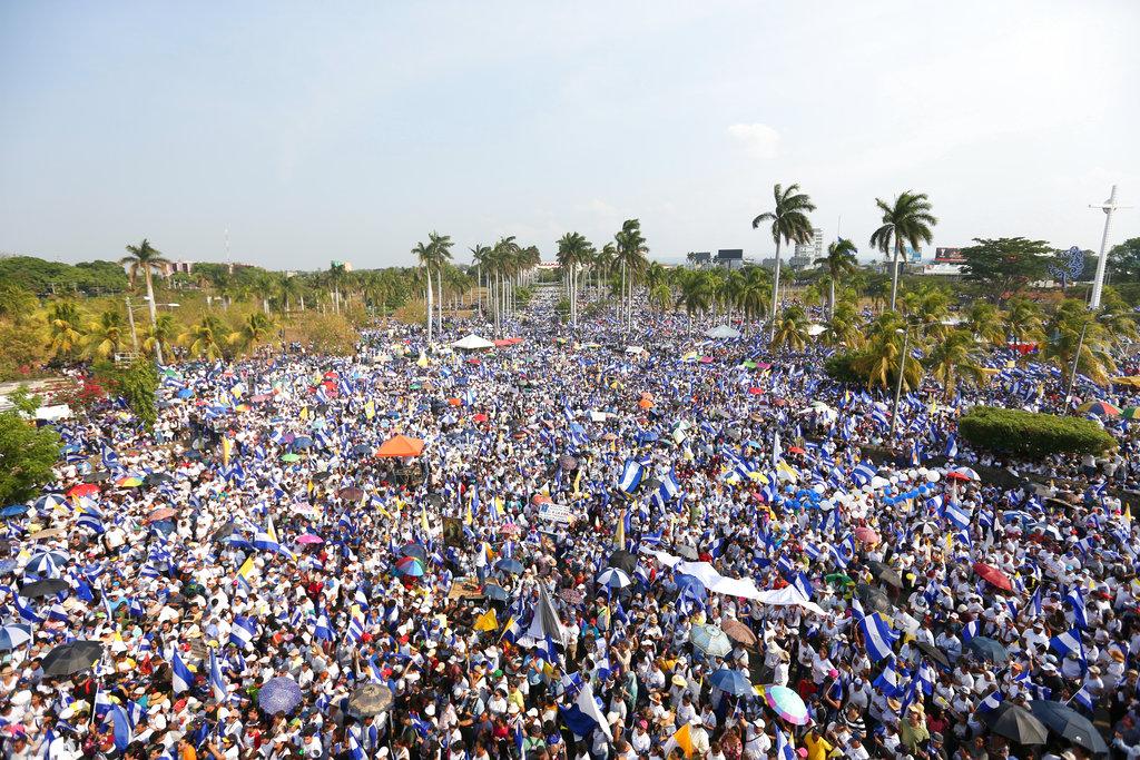 Decenas de miles de personas se congregan afuera de la catedral de Managua durante una marcha convocada por la Iglesia Católica, en Managua, Nicaragua, el sábado 28 de abril de 2018. Foto: Alfredo Zuniga/AP.