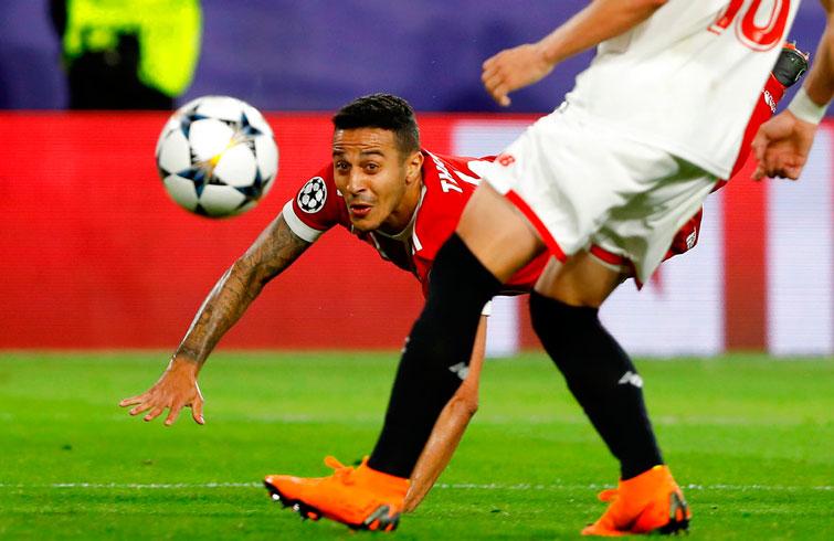 Thiago Alcántara se lanza al anotar el segundo gol del Bayern Múnich ante Sevilla por los cuartos de fina de la Champions. Foto: Miguel Morenatti / AP.