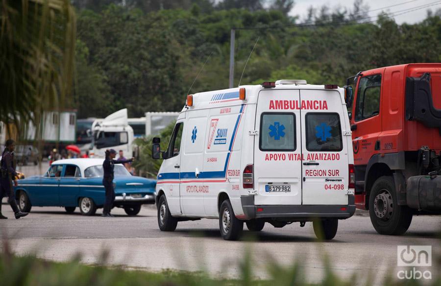 Ambulancias se trasladan hacia el lugar donde cayó el avión. Foto: Claudio Pelaez Sordo.
