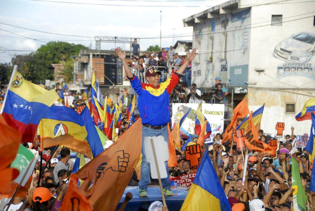 El candidato a la presidencia de Venezuela, Henri Falcón, a su llegada a un acto de campaña en Barquisimeto, Venezuela, el 17 de mayo de 2018. Foto: Julio Colmenarez / AP