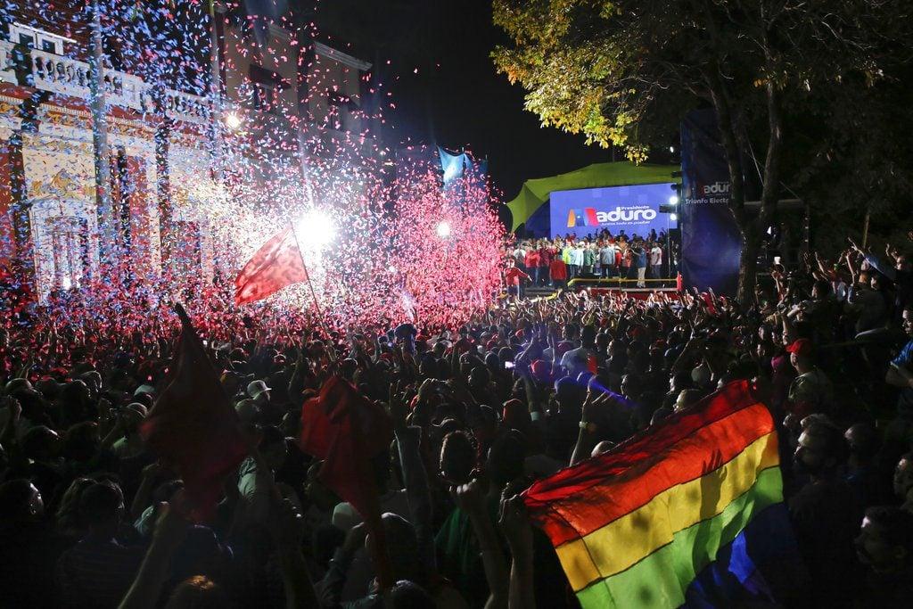 Seguidores del presidente de Venezuela, Nicolás Maduro, se congregan ante el Palacio Presidencial en Caracas, Venezuela, el 20 de mayo de 2018 para celebrar la reelección del dirigente. Foto: Ariana Cubillos / AP