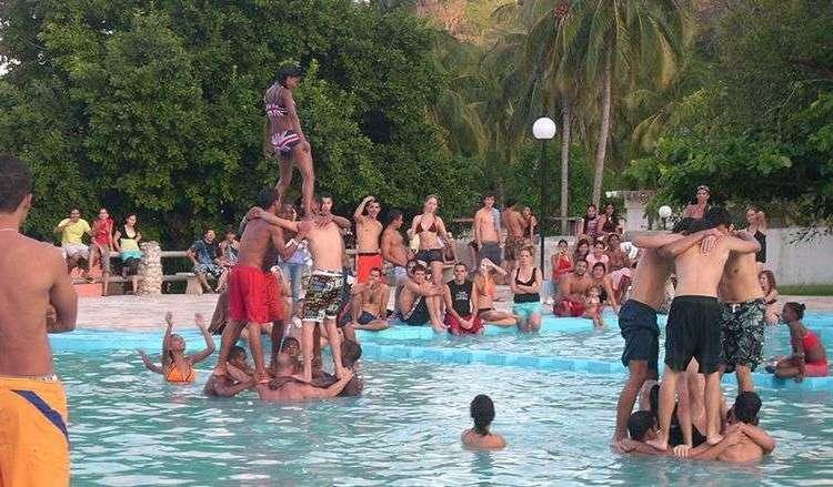 Miles de cubanos optan por el campismo para pasar sus vacaciones dado que sus precios son de los pocos que están al alcance de cualquier bolsillo / Foto: Julio Batista.