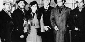 Al centro de la foto, María Teresa junto a Capablanca.