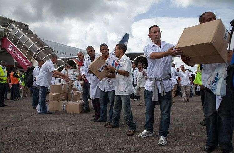 Médicos cubanos en Sierra Leona en octubre.