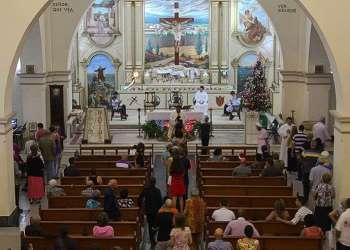 Los feligreses toman la comunión durante la misa / Foto: Cortesía del autor