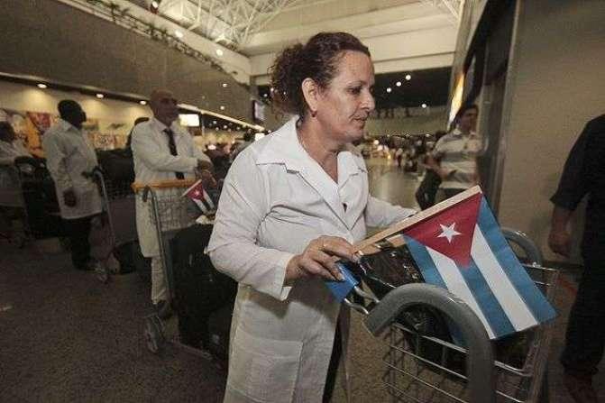 Galenos cubanos que participan en el programa Mais Médicos, a su llegada al aeropuerto de Fortaleza / Foto: Folha de S. Paulo