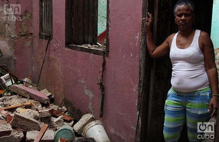 La hija de Ernestina Ulacia contempla los escombros de su vivienda.