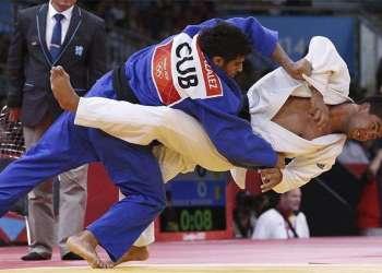El cubano Asley González (azul) y el australiano Mark Anthony durante el combate en la categoría -90 kilos de las eliminatorias del torneo olímpico de judo que tiene lugar hoy, 1 de agosto de 2012 ,en el ExCel Arena de Londres Foto: Juan Carlos Hidalgo (EFE)