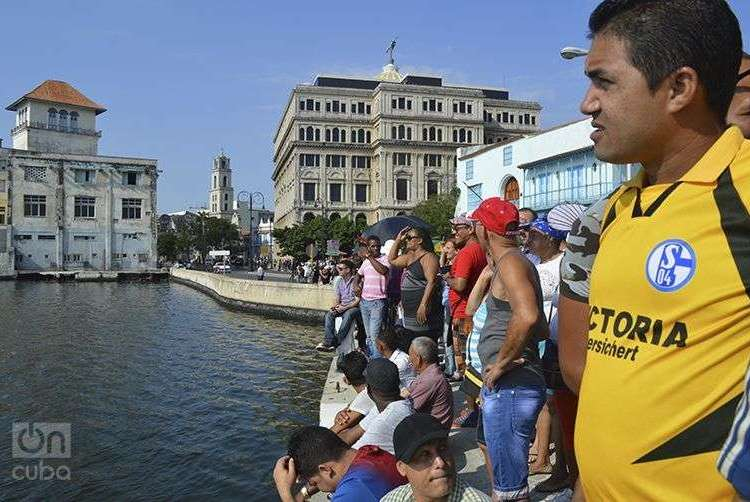 Cubanos esperando la primera llegada del crucero Adonia a La Habana. Foto: Marita Pérez Díaz.