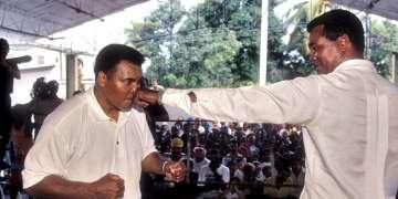 Muhamad Ali y Teofilo Stevenson bromeando en la sala de boxeo Roberto Balado, el 20 de enero de 1996, en La Habana. Foto: Sven Creutzmann/Mambo photo/Getty Images