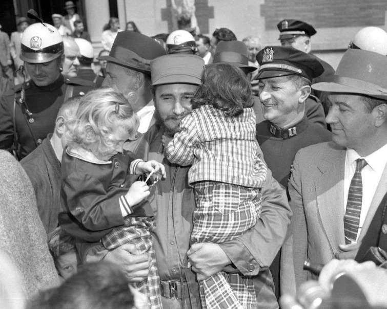 Nueva York. Fidel Castro lleva en brazos a Donna Friedman y Lisa Langer en el Zoológico del Bronx el 22 de abril de 1959.