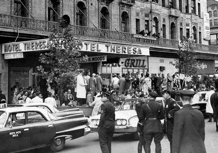 Las afueras del Hotel Theresa, en Harlem. Cientos de personas se congregan. Foto: Via Getty Images.