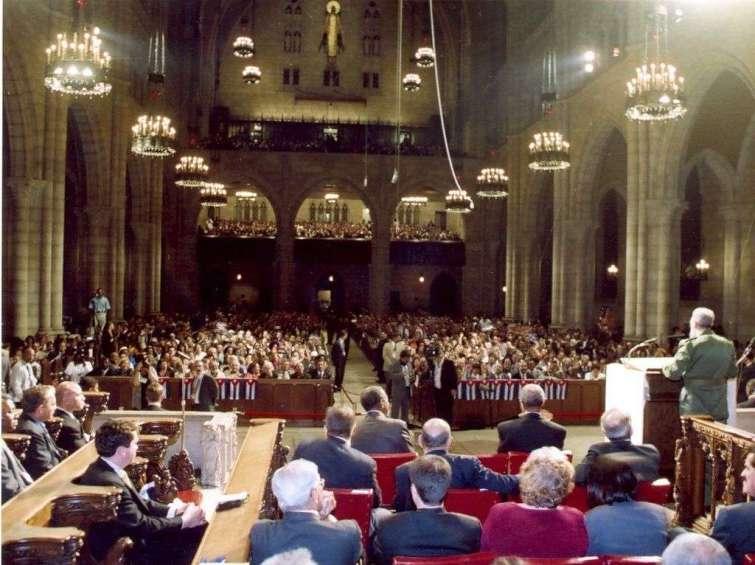 Durante su estancia en Nueva York participa en un acto de solidaridad con Cuba en la Iglesia Riverside de Harlem, en Manhattan. Foto: Estudios Revolución.