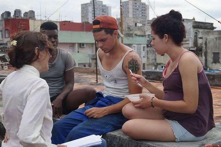 La directora dirigiendo a los protagonistas. Foto: Cortesía.