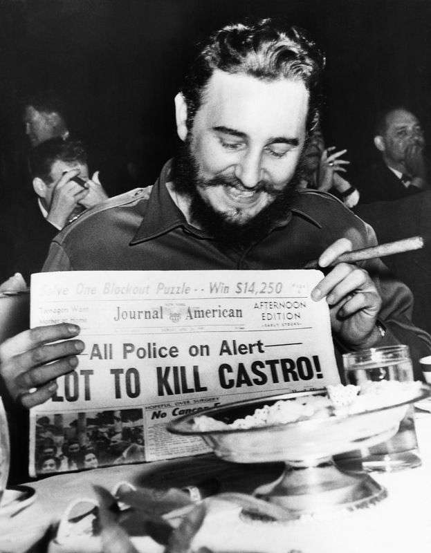 In New York Fidel Castro laughs about a headline on the plans to assassinate him. Photo: Bettmann / Corbis.