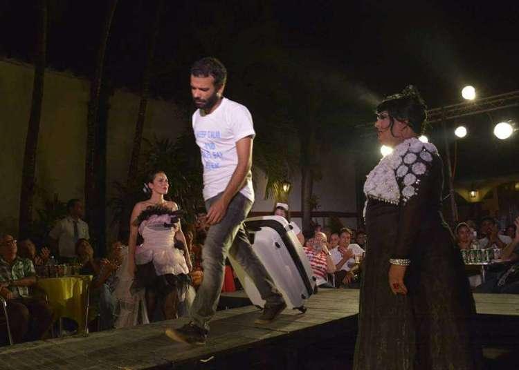 Pedro Franco (al centro) en plena representación teatral. Foto: perfil de Facebook de Teatro El Portazo.