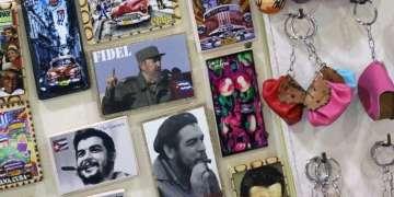 Punto de venta de souvenirs en La Habana días después de la muerte de Fidel Castro. Antes de que se hiciera efectiva la ley que prohíbe el uso de su imagen con usos comerciales, algunos se habían adelantado a incluirla en sus productos en venta. Foto: Ismario Rodríguez.
