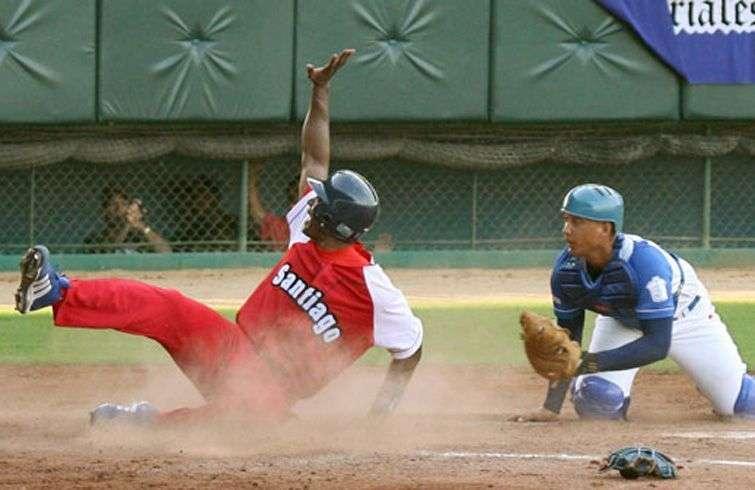 Industriales vs. Santiago de Cuba, el gran clásico de la pelota cubana. Foto: Alex Castro.
