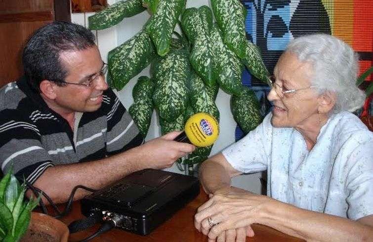 Juan Carlos Roque entrevista a Olga Villegas. Foto cortesía de Juan Carlos Roque.