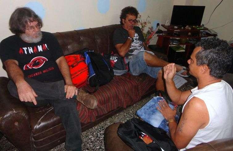Trabajo previo a la filmación de Dominó. De izquierda a derecha: Eduardo del Llano, Luis Alberto García y Miguel Moreno. Foto cortesía de Eduardo del Llano.