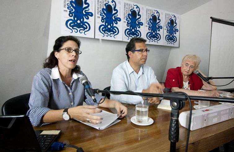 Alberto Salcedo in a panel on journalism in Casa de las Américas. At his side, Argentinian Stella Calloni (right) and Cuban Maite Hernández-Lorenzo. Photo: laventana.casa.cult.cu