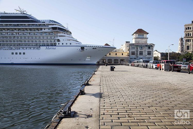 El crucero estadounidense Marina, de Oceania Cruises, en La Habana. Foto: Claudio Peláez Sordo.