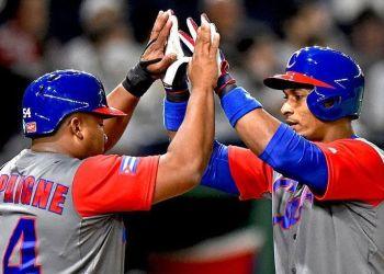 Alfredo Despaigne y Yurisbel Gracial son dos de los cubanos que jugarán con los Halcones de Softbank en el 2019. Foto: @WBCBaseball/Twitter.
