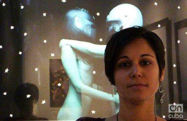La propia artista junto a su pareja, enlazadas por los hombros y el talle, con un cielo estrellado de fondo. Foto: Ángel Marqués Dolz.