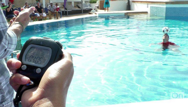 Lefont en el ejercicio del récord en la piscina del Meliá Cohiba. Foto: Marita Pérez Díaz.