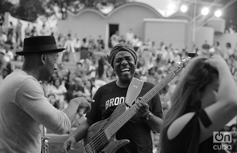 Richard Bona in the Guanabacoa Amphitheater. April 28, 2017. Photo: Gabriel Guerra Bianchini.