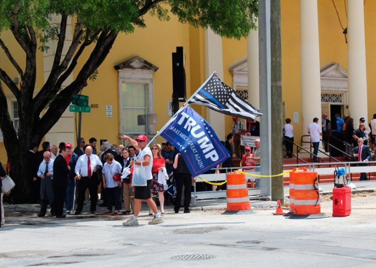 Cubanos abandonan el teatro Manuel Artime hoy, viernes 16 de junio, tras asistir al discurso y firma del presidente Trump a la orden ejecutiva para modificar la política estadounidense hacia Cuba. Foto: Stephanie Harrisson / EFE.